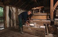 Europe/France/Aquitaine/40/Landes/Parc Naturel Régional des Landes de Gascogne/Marquèze (écomusée de la Grande Lande) /Sabres: Pierre Fargues (meunier) dans son moulin (AUTORISATION N°16)