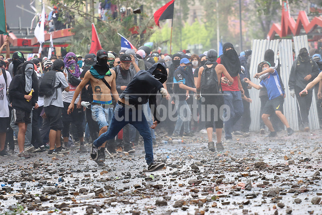 Protestors clash with police in dowtown Santiago in another day of violence shaking Chile since president Sebastian Piñera rised transportation fare 3 weeks ago.
