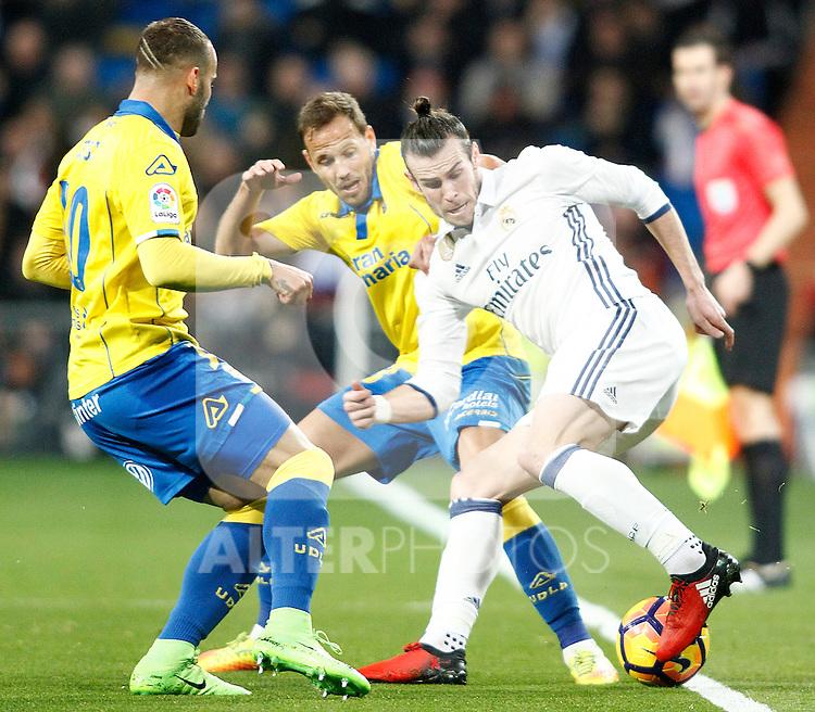 Real Madrid's Gareth Bale (r) and UD Las Palmas' Jese Rodriguez (l) and Dani Castellano during La Liga match. March 1,2017. (ALTERPHOTOS/Acero)