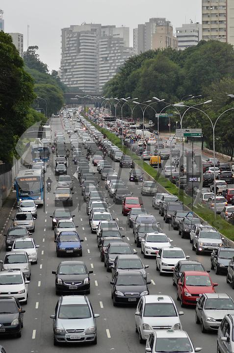 SAO PAULO, SP, 29.11.2013 – TRÂNSITO EM SÃO PAULO: Trânsito na Av. 23 de Maio, próximo ao Parque do Ibirapuera, zona sul de São Paulo na tarde desta sexta feira. Foto: Levi Bianco - Brazil Photo Press.