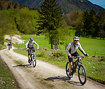 Deutschland, Bayern, Chiemgau, Achental, Bergsteigerdorf Schleching: Radeln im Achental | Germany, Bavaria, Chiemgau, Achen Valley, mountain village Schleching: biking at Achen Valley