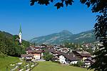 Austria, Tyrol, Brixen Valley, Kirchberg in Tyrol with parish church and Hohe Salve mountain | Oesterreich, Tirol, Brixental, Kirchberg in Tirol mit Pfarrkirche, im Hintergrund die Hohe Salve