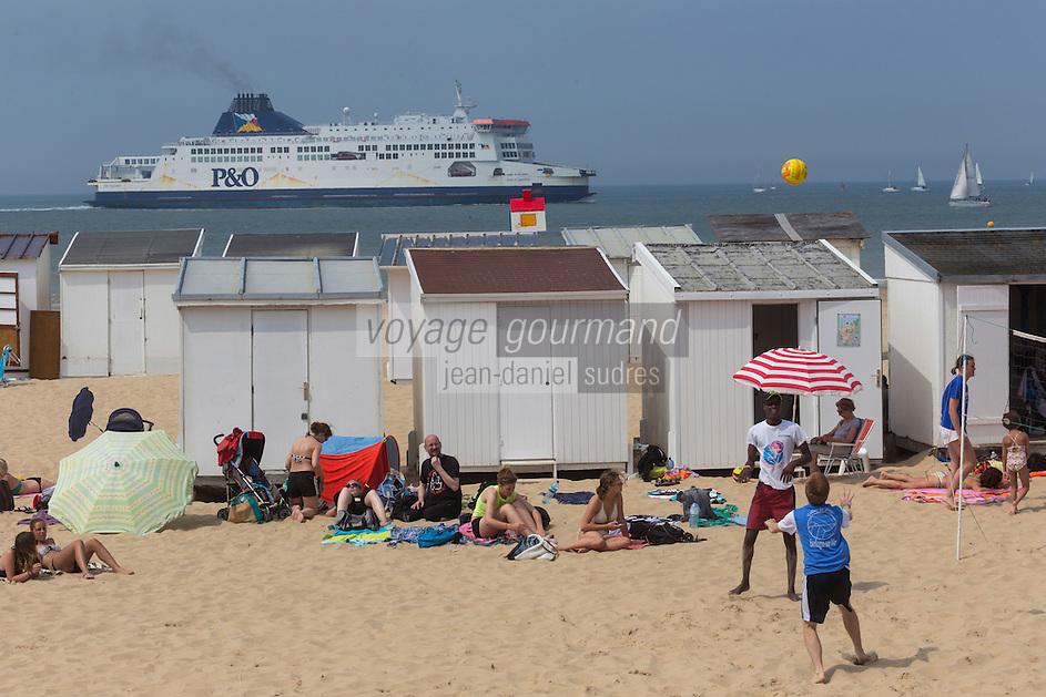 France, Pas-de-Calais (62), Côte d'Opale , Calais, ferry passant devant des touristes sur la plage de Calais //  France, Pas de Calais, Cote d'Opale (Opal Coast), Calais, ferry passing in front of tourists on the beach of Calais
