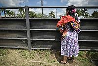 VILLAVICENCIO - COLOMBIA. 13-10-2018: Una mujer observa durante el 22 encuentro Mundial de Coleo en Villavicencio, Colombia realizado entre el 11 y el 15 de octubre de 2018. / A woman watches during the 22 version of the World  Meeting of Coleo that takes place in Villavicencio, Colombia between 11 to 15 of October, 2018. Photo: VizzorImage / Gabriel Aponte / Staff