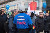 """AfD protestiert in Berlin gegen die Fluechtlingspolitik der Bundesregierung.<br /> Am Samstag den 31. Oktober 2015 versammelten sich ca. 250 Anhaenger der Rechts-Partei Alternative fuer Deutschland (AfD) zu einer Kundgebung gegen die Fluechtlings- und Asylpolitik der Bundesregierung. Dabei wurde die Bundeskanzlerin Angela Merkel mehrfach scharf angegriffen. Die Berichterstattung ueber Fluechtlinge in den Medien wurde mit lautstarken Rufen """"Luegenpresse"""" beschimpft.<br /> Der brandenburgische Landesvorsitzende Gauland forderte eine Fluechtlingspolitik wie in Japan, wo angeblich nur 20 Fluechtlinge pro Jahr aufgenommen werden.<br /> Etwa 350 Menschen protestierten gegen die Veranstaltung der Rechten und blockierten kurzzeitig deren Marschroute. Die Polizei ordnete daraufhin eine verkuerzte Route an und raeumte dafuer der AfD den Weg frei.<br /> Im Bild: Ein Veranstaltungsteilnehmer mit einem T-Shirt """"Steuerzahlendes Pack"""".<br /> 31.10.2015, Berlin<br /> Copyright: Christian-Ditsch.de<br /> [Inhaltsveraendernde Manipulation des Fotos nur nach ausdruecklicher Genehmigung des Fotografen. Vereinbarungen ueber Abtretung von Persoenlichkeitsrechten/Model Release der abgebildeten Person/Personen liegen nicht vor. NO MODEL RELEASE! Nur fuer Redaktionelle Zwecke. Don't publish without copyright Christian-Ditsch.de, Veroeffentlichung nur mit Fotografennennung, sowie gegen Honorar, MwSt. und Beleg. Konto: I N G - D i B a, IBAN DE58500105175400192269, BIC INGDDEFFXXX, Kontakt: post@christian-ditsch.de<br /> Bei der Bearbeitung der Dateiinformationen darf die Urheberkennzeichnung in den EXIF- und  IPTC-Daten nicht entfernt werden, diese sind in digitalen Medien nach §95c UrhG rechtlich geschuetzt. Der Urhebervermerk wird gemaess §13 UrhG verlangt.]"""