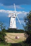 Great Britain, England, Kent, Sandhurst: Windmill amongst hay bales | Grossbritannien, England, Kent, Sandhurst: Windmuehle und Strohballen