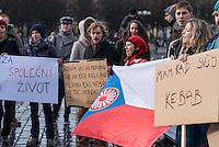 """Am 31. Januar 2015 protestierten auf dem Staromestske Namesti-Platz (Alststaetter Markt / Old Town Square) in Prag Vertreter verschiedener Religionen, Antifaschisten, Sinti und Roma mit einem Gottesdienst, Gesaengen gegen eine Kundgebung von ca. 500 Prager Pegida-Anhaengern. Auf Plakaten und Schildern wurde sich zum Teil ueber die Islamophobie der Pegida-Anhaenger lustig gemacht. Beide Veranstaltungen fanden gleichzeitig nebeneinander auf dem Platz  statt. Aus der Pegida-Kundgebung kamen immer wieder heftige Beschimpfungen und Neonazis versuchten Gegendemonstranten ein Transparent zu entreissen.<br /> Wie in Deutschland bestehen die Pegida auch in Prag aus Neonazis, Hooligans, Islamsfeinde und sog. """"Besorgten Buergern"""".<br /> Im Bild moit rotem Kopftuch: Die Roma-Aktivistin Ivana Mariposa Conkova. Sie ist ist Journalistin beim internationalen Projekt Romareact.org.<br /> 31.1.2015, Prag<br /> Copyright: Christian-Ditsch.de<br /> [Inhaltsveraendernde Manipulation des Fotos nur nach ausdruecklicher Genehmigung des Fotografen. Vereinbarungen ueber Abtretung von Persoenlichkeitsrechten/Model Release der abgebildeten Person/Personen liegen nicht vor. NO MODEL RELEASE! Nur fuer Redaktionelle Zwecke. Don't publish without copyright Christian-Ditsch.de, Veroeffentlichung nur mit Fotografennennung, sowie gegen Honorar, MwSt. und Beleg. Konto: I N G - D i B a, IBAN DE58500105175400192269, BIC INGDDEFFXXX, Kontakt: post@christian-ditsch.de<br /> Bei der Bearbeitung der Dateiinformationen darf die Urheberkennzeichnung in den EXIF- und  IPTC-Daten nicht entfernt werden, diese sind in digitalen Medien nach §95c UrhG rechtlich geschuetzt. Der Urhebervermerk wird gemaess §13 UrhG verlangt.]"""