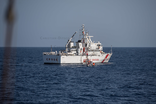 Sea Watch-2.<br /> Die Sea Watch-2 bei ihrer 13. SAR-Mission vor der libyschen Kueste.<br /> Im Bild: Das Kuestenwachenschiff CP096 der italienische Kuestenwache birgt Menschen aus Schlauchbooten, die den Tag ueber von der Crew der Sea Watch-2 versorgt wurden.<br /> 22.10.2016, Mediterranean Sea<br /> Copyright: Christian-Ditsch.de<br /> [Inhaltsveraendernde Manipulation des Fotos nur nach ausdruecklicher Genehmigung des Fotografen. Vereinbarungen ueber Abtretung von Persoenlichkeitsrechten/Model Release der abgebildeten Person/Personen liegen nicht vor. NO MODEL RELEASE! Nur fuer Redaktionelle Zwecke. Don't publish without copyright Christian-Ditsch.de, Veroeffentlichung nur mit Fotografennennung, sowie gegen Honorar, MwSt. und Beleg. Konto: I N G - D i B a, IBAN DE58500105175400192269, BIC INGDDEFFXXX, Kontakt: post@christian-ditsch.de<br /> Bei der Bearbeitung der Dateiinformationen darf die Urheberkennzeichnung in den EXIF- und  IPTC-Daten nicht entfernt werden, diese sind in digitalen Medien nach §95c UrhG rechtlich geschuetzt. Der Urhebervermerk wird gemaess §13 UrhG verlangt.]