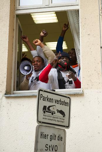 Aus Protest gegen die Zusammenarbeit der nigerianischen Botschft in Berlin mit den deutschen Auslaenderbehoerden besetzten am Montag den 15. Oktober Fluechtlinge aus Afrika und anderen Laendern die Botschaftsraeume. Die Botschaft stellt staatenlosen Fluechtlingen aus Afrika nigerianische Papiere aus, damit diese Fluechtlinge von den deutschen Behoerden nach Nigeria abgeschoben werden koennen. Fuer diese Hilfe soll die Regierung Nigerias nach Angaben von Szenekennern Geld- und Wirtschaftshilfe erhalten.<br /> Die Polizei beendete die Besetzung und verhaftete die Besetzer.<br /> 15.10.2012, Berlin<br /> Copyright: Christian-Ditsch.de<br /> [Inhaltsveraendernde Manipulation des Fotos nur nach ausdruecklicher Genehmigung des Fotografen. Vereinbarungen ueber Abtretung von Persoenlichkeitsrechten/Model Release der abgebildeten Person/Personen liegen nicht vor. NO MODEL RELEASE! Nur fuer Redaktionelle Zwecke. Don't publish without copyright Christian-Ditsch.de, Veroeffentlichung nur mit Fotografennennung, sowie gegen Honorar, MwSt. und Beleg. Konto: I N G - D i B a, IBAN DE58500105175400192269, BIC INGDDEFFXXX, Kontakt: post@christian-ditsch.de<br /> Bei der Bearbeitung der Dateiinformationen darf die Urheberkennzeichnung in den EXIF- und  IPTC-Daten nicht entfernt werden, diese sind in digitalen Medien nach §95c UrhG rechtlich geschuetzt. Der Urhebervermerk wird gemaess §13 UrhG verlangt.]