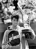 Tennis,aug, 1985, NK, Michiel Schapers winner with trophy