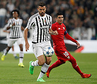 Calcio, Champions League: Gruppo D - Juventus vs Siviglia. Torino, Juventus Stadium, 30 settembre 2015. <br /> Juventus' Andrea Barzagli, left, is chased by Sevilla's Jose' Reyes during the Group D Champions League football match between Juventus and Sevilla at Turin's Juventus Stadium, 30 September 2015. <br /> UPDATE IMAGES PRESS/Isabella Bonotto
