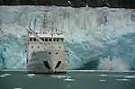 Glacier de Monaco. Des pans de glace de plusieurs dizaines de tonnes s'effondrent dans la mer et provoquent une vague qui fait vaciller les icebergs les plus proches. On comprend pourquoi les consignes de securite recommandent de ne pas approcher a moins de cent metres des fronts glaciaires....