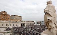 Fedeli prendono parte alla messa celebrata dal Papa in occasione della Giornata della Famiglia in Piazza San Pietro, Citta' del Vaticano, 27 ottobre 2013.<br /> A view of St. Peter's Square Pope Faithful gather during a mass celebrated by the Pope on the occasion of the Family Day, in St. Peter's Square at the Vatican, 27 October 2013.<br /> UPDATE IMAGES PRESS/Riccardo De Luca<br /> <br /> STRICTLY ONLY FOR EDITORIAL USE
