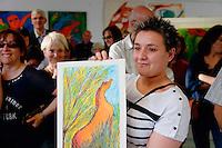 Élodie Lacoste, secrétaire de mairie, a reçu en cadeau une peinture de madame Peytral