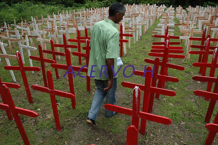 Cruzes vermelhas representando pessoas ameaçadas de morte e brancas para pessoas assassinadas na luta pela terra são fincadas no chão pelo primeiro ano do assassinato de  Dorothhy Stang.<br /> <br /> <br /> Manifestações populares em protesto pelo assassinato de Dorothy Stang ocorrido no PDS Esperança em Anapú no Pará.<br /> Anapú, Pará, Brasil.<br /> Foto Paulo Santos<br /> 12/02/2006