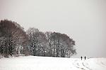 Europa, DEU, Deutschland, Nordrhein Westfalen, NRW, Rheinland, Niederrhein, Toenisberg, Schaephuysener Hoehen, Winter, Schnee, Baeume, Spaziergaenger, Acker, Kategorien und Themen, Natur, Umwelt, Landschaft, Jahreszeiten, Stimmungen, Landschaftsfotografie, Landschaften, Landschaftsphoto, Landschaftsphotographie, Wetter, Wetterelemente, Wetterlage, Wetterkunde, Witterung, Witterungsbedingungen, Wettererscheinungen, Meteorologie, Wettervorhersage....[Fuer die Nutzung gelten die jeweils gueltigen Allgemeinen Liefer-und Geschaeftsbedingungen. Nutzung nur gegen Verwendungsmeldung und Nachweis. Download der AGB unter http://www.image-box.com oder werden auf Anfrage zugesendet. Freigabe ist vorher erforderlich. Jede Nutzung des Fotos ist honorarpflichtig gemaess derzeit gueltiger MFM Liste - Kontakt, Uwe Schmid-Fotografie, Duisburg, Tel. (+49).2065.677997, ..archiv@image-box.com, www.image-box.com]
