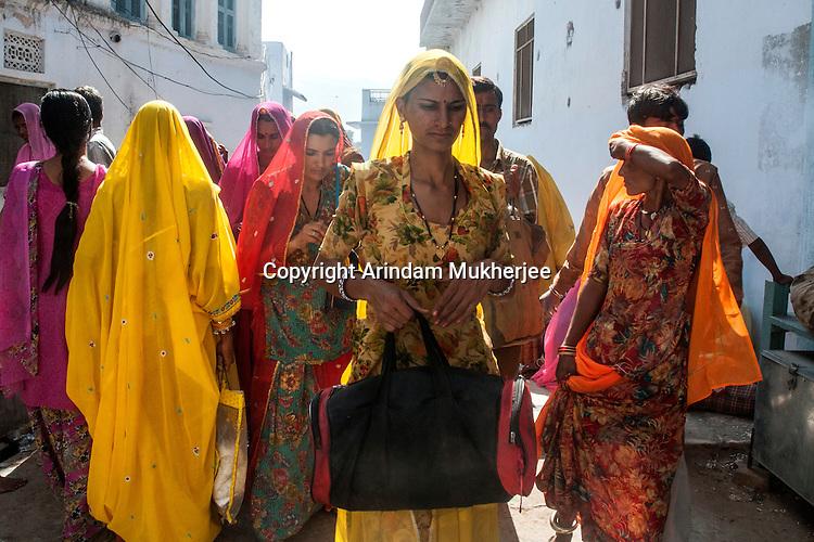 Women returning from holy dip at Pushkar lake.  Rajasthan, India.