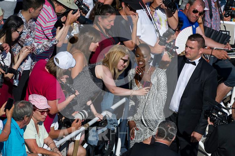 70eme Festival International du Film de Cannes. Montee de la ceremonie de cloture, vues du toit du Palais . 70th International Cannes Film Festival. Vew from rof top of closing red carpet
