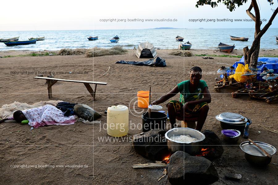 TANZANIA Musoma, lake Victoria, woman prepares Ugali from maize for the fisherman / Tansania Region Mara, Musoma, Frau bereitet Ugali, Maisbrei, fuer die Fischer am Viktoria See zu