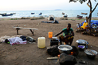TANZANIA Musoma, lake Victoria, woman prepares Ugali from maize for the fisherman / Tansania Region Mara, Musoma, Frau bereitet Ugali, Maisbrei, fuer die Fischer am Viktoria See zu