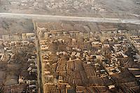 Asien CHINA Provinz Xinjiang, Stadt Kashgar im Winter, Fluss Kaschgar, Pappelalleen, Haeuser und Felder, hier lebt das muslimische Turkvolk der Uiguren / CHINA province Xinjiang, city Kashgar and river Kashgar, where uyghur people are living