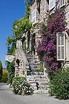 France, Provence-Alpes-Côte d'Azur, Saint-Paul-de-Vence: Bougainvillea clad stone house | Frankreich, Provence-Alpes-Côte d'Azur, Saint-Paul-de-Vence: Natursteinhaus mit Bougainvillea