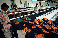"Asien Indien IND Tamil Nadu Tirupur , .Arbeiter in einer Textilfabrik bedrucken T-shirt mit Aufschrift work f?r den Export fuer westliche Textildiscounter - Industrie Textil Textilien saubere Kleidung Textilbetriebe Globalisierung Arbeit Textilarbeiter  Dritte Welt Billiglohnl?nder WTO ILO xagndaz | .Third world Asia India .worker print T-shirt with the word work for export in textile unit at textile industry place T-shirt town Tirupur in Tamil Nadu - textiles globalization trade clothes clean campaign  ccc garments fabric cotton industries labour labourer . | [copyright  (c) Joerg Boethling/agenda , Veroeffentlichung nur gegen Honorar und Belegexemplar an / royalties to: agenda  Rothestr. 66  D-22765 Hamburg  ph. ++49 40 391 907 14  e-mail: boethling@agenda-fototext.de  www.agenda-fototext.de  Bank: Hamburger Sparkasse BLZ 200 505 50 kto. 1281 120 178  IBAN: DE96 2005 0550 1281 1201 78 BIC: ""HASPDEHH""] [#0,26,121#]"