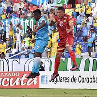MONTERÍA - COLOMBIA ,04-11-2018: Pablo Rojas  (Izq.) jugador de Jaguares de Córdoba disputa el balón con Camilo Perez(Der.) jugador del Rionegro durante partido por la fecha 18 de la Liga Águila II 2018 jugado en el estadio Municipal Jaraguay de Montería . / Pablo Rojas (L) player of Jaguares of Cordoba fights for the ball with Camilo Perez (R) player of Rionegro  during the match for the date 18 of the Liga Aguila II 2018 played at Municipal Jaraguay Satdium in Monteria City . Photo: VizzorImage /Andrés Felipe López  / Contribuidor.