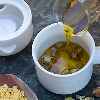 Harzsalbe selbermachen, Harz-Salbe selbermachen, selber machen, selber rühren: Zutaten: Fichtenharz, Olivenöl, Bienenwachs. Balsam, Harzsalbe, Harzcreme, Harzbalsam, Pechsalbe, Fichtenharz wird zusammen mit Olivenöl und Bienenwachs zu einer Heilsalbe, Heilcreme, Creme, Salbe verarbeitet. Schritt 1: Olivenöl wird zu den Harzklümpchen in einem kleinen Topf gegossen. Fichten-Harz, Baumharz, Harz, liquid pitch, tree gum, galipot, gallipot. Gewöhnliche Fichte, Fichte, Rot-Fichte, Rotfichte, Picea abies, Spruce, Common Spruce, Norway spruce, L'Épicéa, Épicéa commun