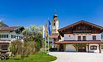 Deutschland, Bayern, Oberbayern, Chiemgau, Schleching: Ortszentrum mit Pfarrkirche St. Remigius | Germany, Bavaria, Upper Bavaria, Chiemgau, Schleching with parish church St. Remigius