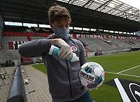 FC ST Pauli - 1. FC Nuernberg , 17.05.2020 17.05.2020 --- Fussball --- Saison 2019 2020 --- 2. Fussball - Bundesliga --- 26. Spieltag: FC ST Pauli - 1. FC Nurnberg Norimberga--- Foto: Daniel Marr / Sportfoto Zink / Pool -<br /> Un raccattapalle disinfetta un pallone