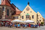 Deutschland, Bayern, Oberpfalz, Naturpark Oberer Bayerischer Wald, Cham: Cafes vorm Rathaus auf dem Marktplatz   Germany, Bavaria, Upper Palatinate, Nature Park Upper Bavarian Forest, Cham: Cafes at Market Square with Townhall