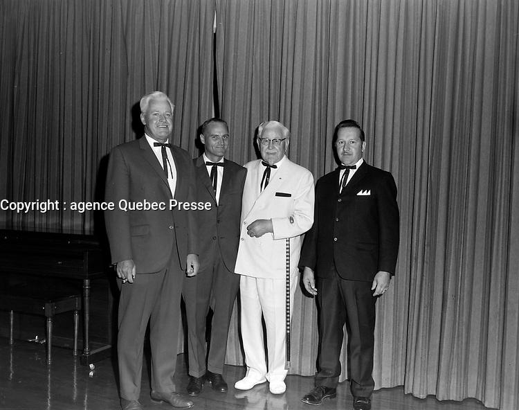Le Colonel Harland Sanders en compagnie de gens<br /> ,  18 aout 1969<br /> <br /> Photographe : Lefaivre & Desroches<br /> - Agence Quebec Presse