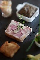 Europe/France/Auvergne/15/Cantal/Saint-Clément: <br /> Pressé de jambe de porc et de foie gras,  avec sauce ravigote, et crépinette de pied de porc et ses lentilles, recette de l' Hostellerie Saint-Clément au col de Curebourse