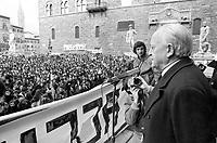 - women's demonstration for the abortion organized by Radical Party; speaks the well-known broadcaster journalist Ruggero Orlando (Florence, 1975)<br /> <br /> - manifestazione femminista per l'aborto organizzata dal Partito Radicale; parla il noto giornalista radiotelevisivo Ruggero Orlando  (Firenze, 1975)