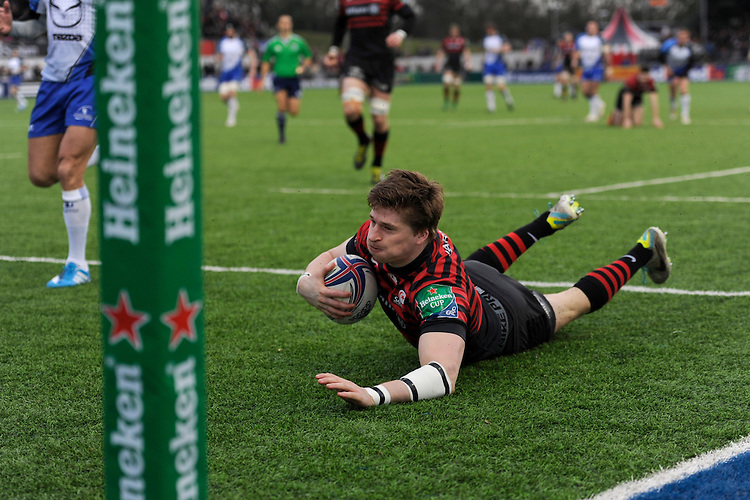 David Strettle of Saracens  dives over to score a try during the Heineken Cup Round 6 match between Saracens and Connacht Rugby at Allianz Park on Saturday 18th January 2014 (Photo by Rob Munro)