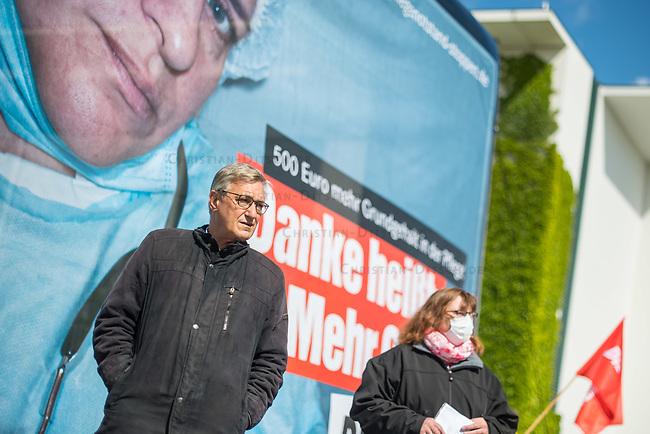 """Protestaktion der Linkspartei (Die Linke.) am Dienstag den 12. Mai 2020, dem Internationalen Tag der Pflegenden 2020, vor dem Bundeskanzleramt zum Thema """"Mehr Grundgehalt fuer Pflegekraefte"""".<br /> Links am Transparent: Bernd Riexinger, Parteivorsitzender der Linkspartei.<br /> 12.5.2020, Berlin<br /> Copyright: Christian-Ditsch.de<br /> [NUR FUER REDAKTIONELLE ZWECKE! Werbung nur auf Anfrage beim Fotografen. Inhaltsveraendernde Manipulation des Fotos nur nach ausdruecklicher Genehmigung des Fotografen. Vereinbarungen ueber Abtretung von Persoenlichkeitsrechten/Model Release der abgebildeten Person/Personen liegen nicht vor. NO MODEL RELEASE! Don't publish without copyright Christian-Ditsch.de, Veroeffentlichung nur mit Fotografennennung, sowie gegen Honorar, MwSt. und Beleg. Konto: I N G - D i B a, IBAN DE58500105175400192269, BIC INGDDEFFXXX, Kontakt: post@christian-ditsch.de<br /> Bei der Bearbeitung der Dateiinformationen darf die Urheberkennzeichnung in den EXIF- und  IPTC-Daten nicht entfernt werden, diese sind in digitalen Medien nach §95c UrhG rechtlich geschuetzt. Der Urhebervermerk wird gemaess §13 UrhG verlangt.]"""