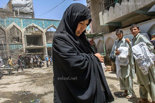 AFGHANISTAN, 06.2008, Kabul. Mandawi Basar: Eine unbegleitete Frau ist oft dem Hohn und dem Starren von Maennern ausgesetzt. | Mandawi Bazaar: An unescorted woman in a public place is often exposed to the taunts and the staring of men.<br /> © Marzena Hmielewicz/EST&OST