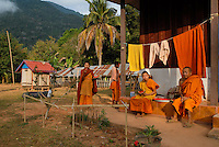 LAOS Nam Ou, village Muang Ngoi, buddhist monks in monastery / LAOS, Nam Ou, Dorf Muang Ngoi, buddhistische Moenche in einem Kloster