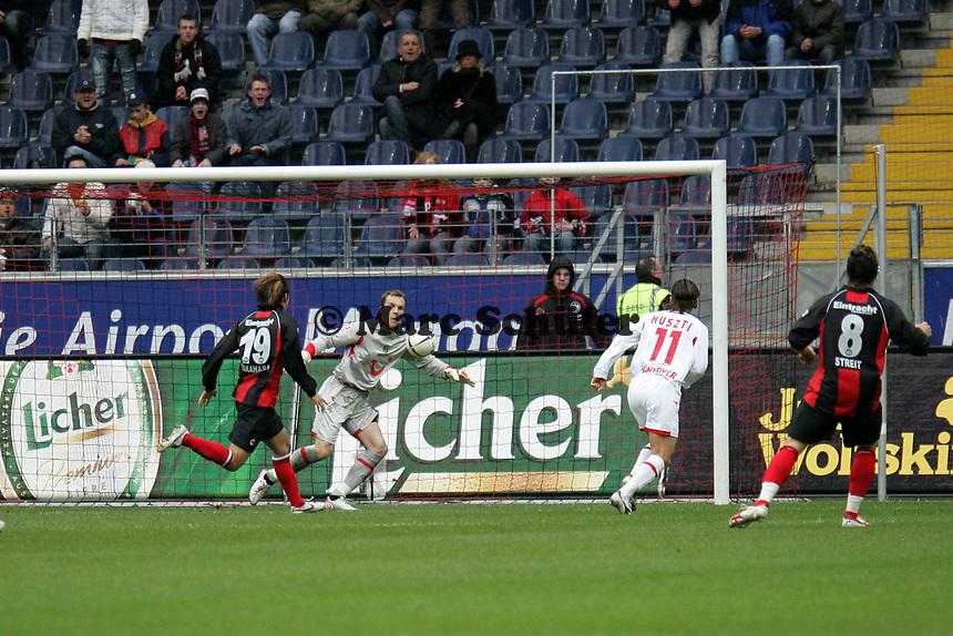 Naohiro Takahara (Eintracht Frankfurt) mit einer Torchance gegen Torwart Robert Enke (Hannover 96) +++ Eintracht Frankfurt vs. Hannover 96, 03.03.2007, Commerzbak Arena Frankfurt +++ Marc Schueler, Am Wolfsberg 11, 64569 Nauheim, 0151/11654988 +++ Bild ist honorarpflichtig. Marc Schueler, Kreissparkasse Grofl-Gerau, BLZ: 50852553, Kto.: 8047714