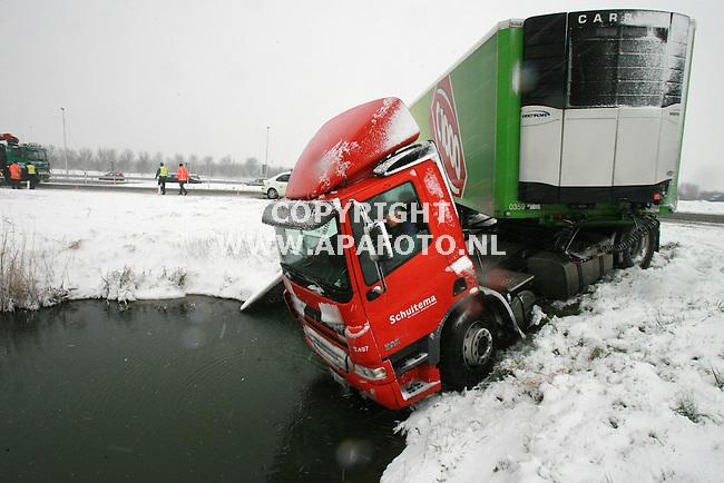 Elst(gld) 080207 Deze vrachtwagen van Schuitema raakte door de sneeuw op de afrit elst van de weg. de chauffeur zag nog net op tijd kans de auto uit het water te houden. Daarna duurt het nog even voordat hij zich realiseert wat er gebeurt is, en hoeveel gekuk hij heeft gehad.<br /> Foto frans Ypma APA-foto