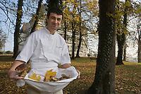 Europe/France/Rhône-Alpes/01/Ain/ Divonne-les-Bains: Eric Manent chef du Château de Divonne de retour d'une cueillette de champignons [Non destiné à un usage publicitaire - Not intended for an advertising use]