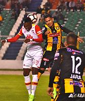 LA PAZ - BOLIVIA - 09 - 03 - 2017: Marvin Bejarano (Der.) jugador de The Strongest, disputa el balon con Johan Arango (Izq.) jugador de Independiente Santa Fe, durante partido entre The Strongest de Bolivia y el Independiente Santa Fe de Colombia, por la fase de grupos del grupo 2 de la fecha 1 por la Copa Conmebol Libertadores Bridgestone en el estadio Hernando Siles Suazo, de la ciudad de La Paz. / Marvin Bejarano (R) player of The Strongest, figths for the ball with Johan Arango (L) player of Independiente Santa Fe, during a match between The Strongest of Bolivia and Independiente Santa Fe of Colombia for the group stage, group 2 of the date 1 for the Conmebol Libertadores Bridgestone in the Hernando Siles Suazo Stadium in La Paz city. Photos: VizzorImage / Javier Mamani / APG / Cont.