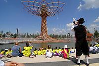 Milano - Rho Fiera 25/5/2015<br /> Alberto della vita, simbolo di EXPO 2015. Visitatori e bambini prendono una pausa dopo la visita ai padiglioni.<br /> Foto Livio Senigalliesi