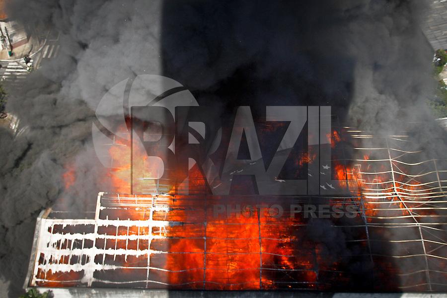 SÃO PAULO,SP,31 JULHO 2013 - INCENDIO MOOCA - Um incendio destroi deposito do Armarinhos fernandes na Rua Javari na mooca. FOTO ALE VIANNA - BRAZIL PHOTO PRESS.