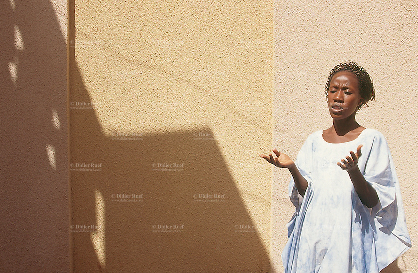Mali. Bamako. The musician Rokia Traore sings in her home courtyard.  © 1997 Didier Ruef