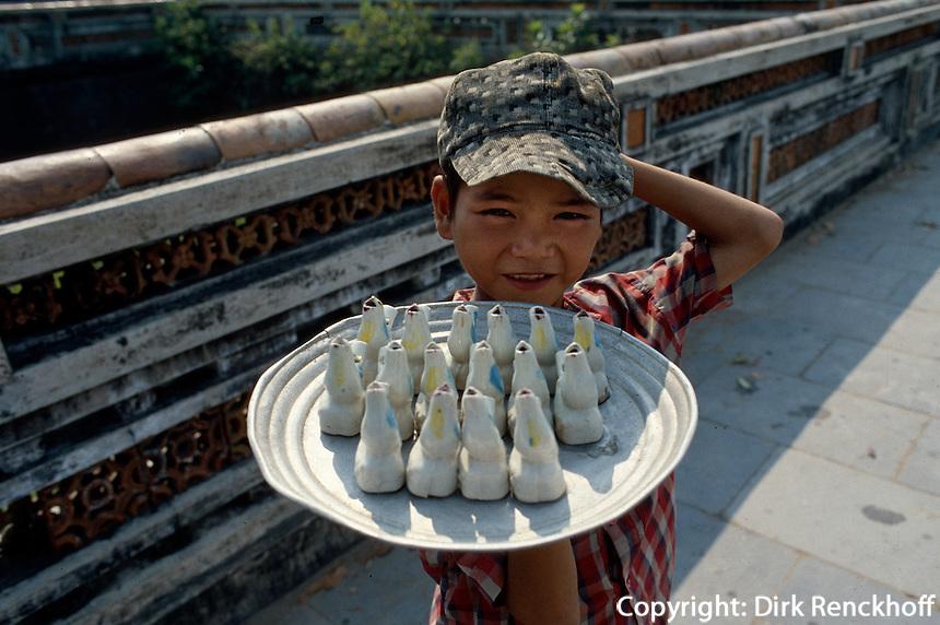 Junge verkauft Tonpfeifen in Hue, Vietnam