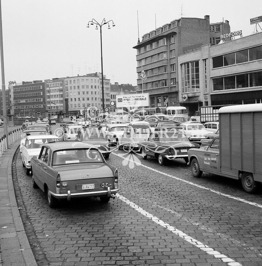 Juni 1965. File aan de ingang van de Waaslandtunnel aan de Tunnelplaats in Antwerpen.