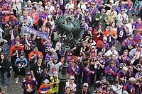Fans der Frankfurt Galaxy feiern auf dem Roemerberg