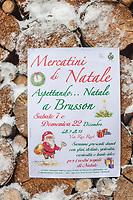 Italie, Val d'Aoste, Brusson: Affichette annoncant le Marché de Noël  // Italy, Aosta Valley, Brusson: Placard announcing the Christmas Market